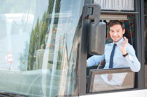 Busfahrer schaut aus dem Fenster und gibt Zeichen für Perfekt