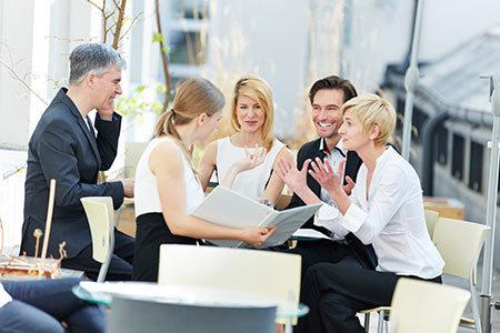 motivierte Mitarbeiter im Gespräch