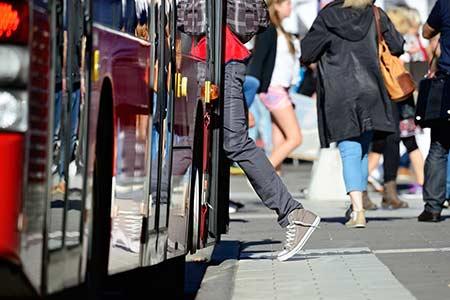 Fahrgast steigt in den Bus ein