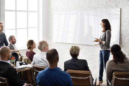 Trainerin spricht im Seminar vor einer Gruppe