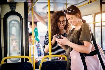 fröhliche Busfahrergäste