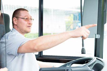 Busfahrer zeigt den Weg und weiß Bescheid