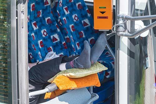 Busfahrer ruht sich aus