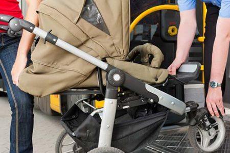 Busfahrer hilft beim Kinderwagen