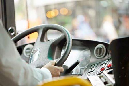 Busfahrer am Lenkrad