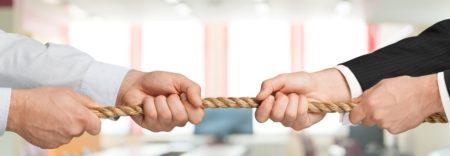 Zwei Unternehmer ziehen an einem Seil