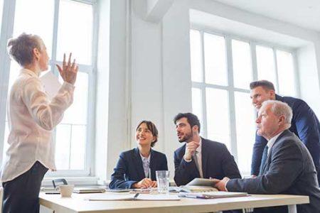 Mitarbeiter hören Referentin gespannt zu