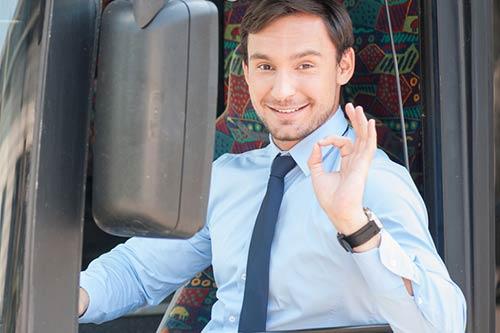 Busfahrer gibt OK Zeichen