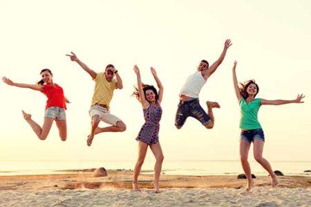 Menschen springen vor Freude in die Luft